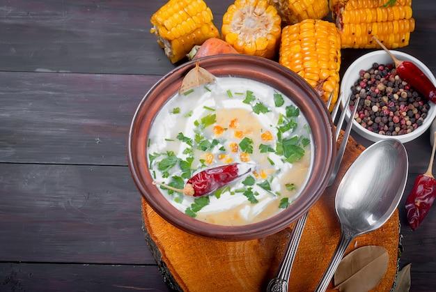 Maiscremesuppe mit sauerrahm und kräutern Premium Fotos