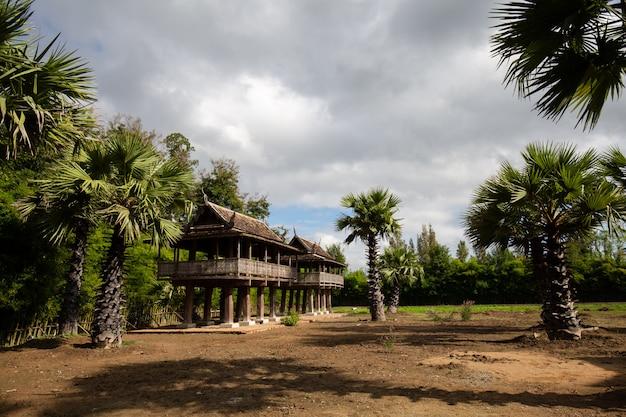 Maison sur pilotis bei wat ton kwen, chiang mai thailand Premium Fotos