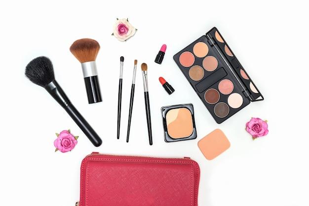 make up kosmetik palette und pinsel auf wei em hintergrund. Black Bedroom Furniture Sets. Home Design Ideas