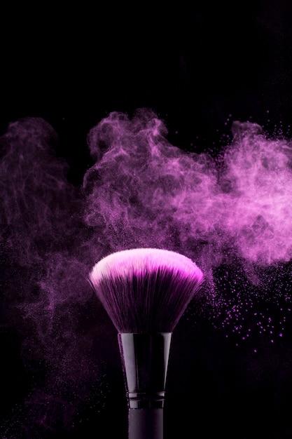 Make-up pinsel mit neon fuchsia pudernebel Kostenlose Fotos