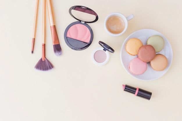 make up pinsel rouge und lippenstift mit fr hst ck auf. Black Bedroom Furniture Sets. Home Design Ideas