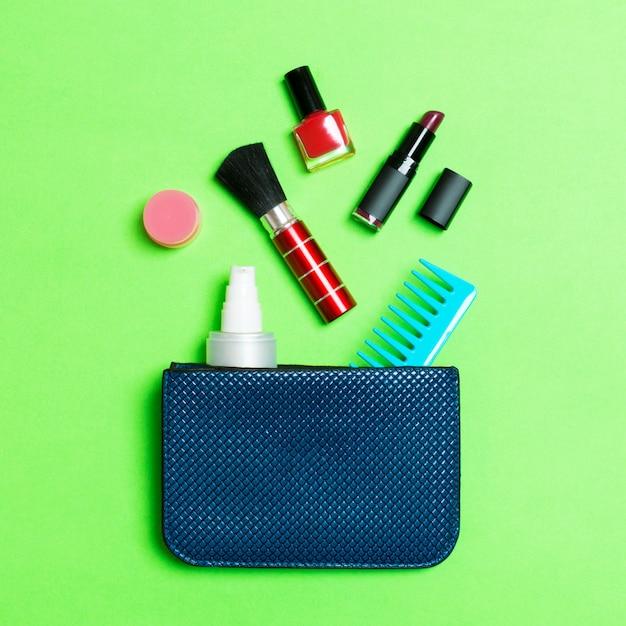 Make-up-produkte aus kosmetiktasche verschütten Premium Fotos