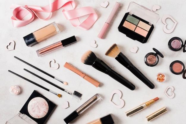 Make-upeinzelteile auf hellem schreibtisch Kostenlose Fotos