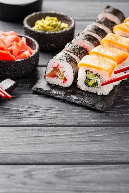 Maki-sushi des hohen winkels auf schiefer Kostenlose Fotos