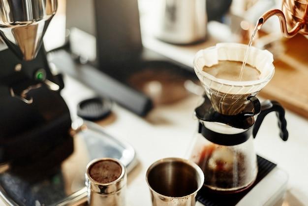 Making filterkaffee im café Kostenlose Fotos