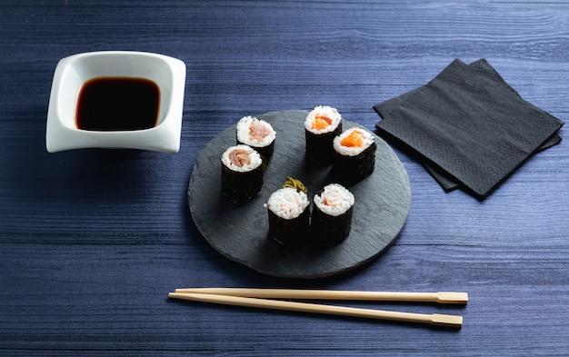 Makis über japanisches restaurant Premium Fotos