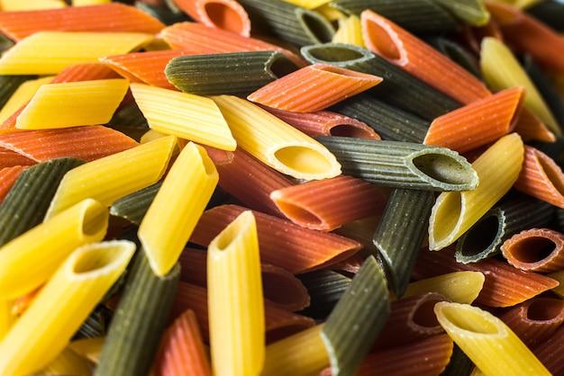 Makkaroni drei farben mit organischen vollkornnudeln Premium Fotos