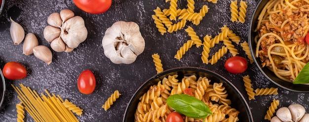 Makkaroni mit tomaten und basilikum in der pfanne anbraten Kostenlose Fotos
