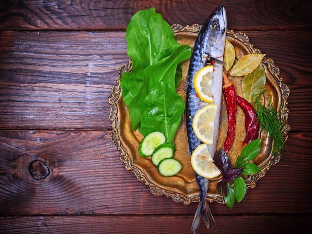 Makrele mit gewürzen und kräutern auf kupferplatte Premium Fotos