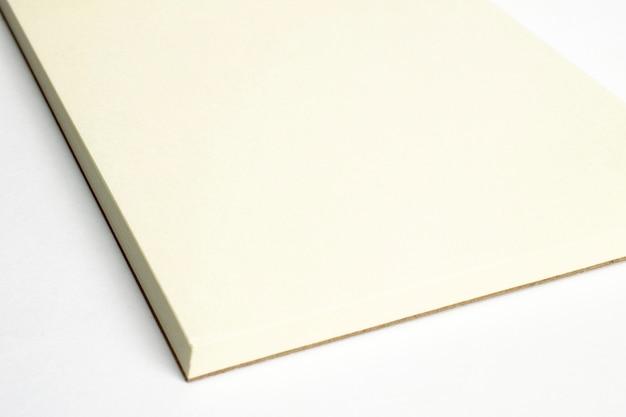 Makro der leeren geöffneten notebook-ecke mit papp-hardcover isoliert Kostenlose Fotos