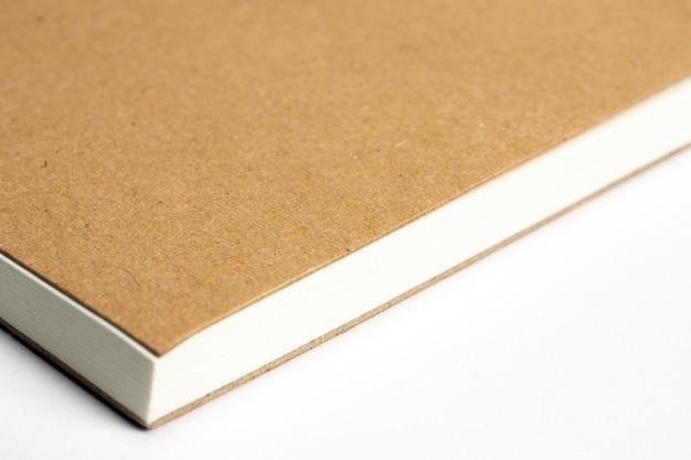 Makro der leeren notebook-ecke mit papp-hardcover lokalisiert auf weiß Kostenlose Fotos
