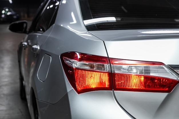 Makroansicht des modernen silbernen autoxenonlampenrücklichts, stoßdämpfer, hintere kofferraumklappe. äußeres eines modernen autos Premium Fotos