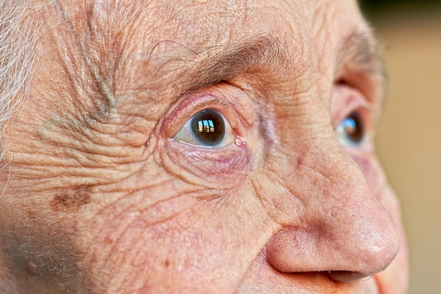 Makroansicht eines auges der älteren frauen Premium Fotos