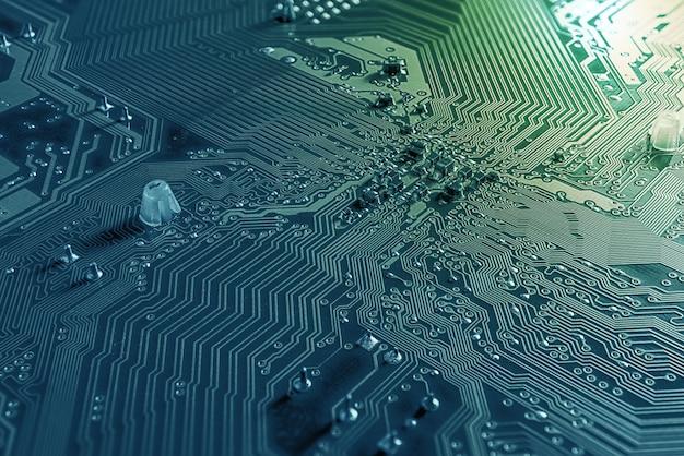 Makrohintergrund der leiterplatte und des mikrochips auf dem mainboard pc-desktop Premium Fotos