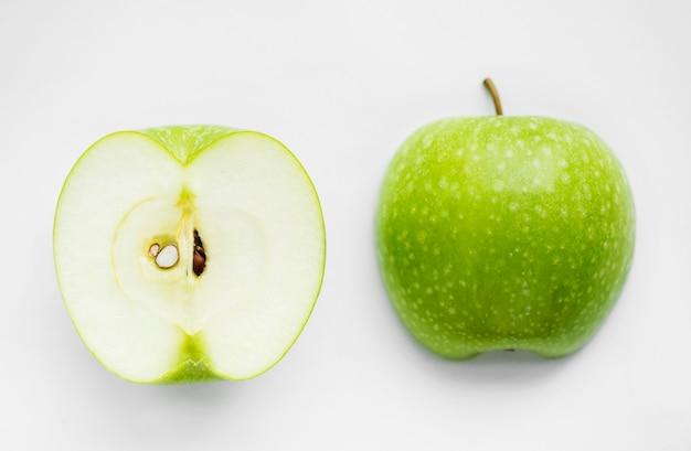 Makroschuß des grünen apfels getrennt auf weißem hintergrund Kostenlose Fotos