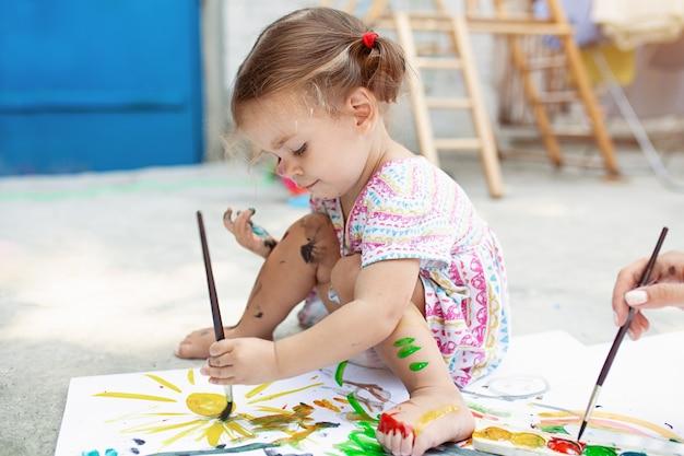 Malen im hinterhof mit papier, aquarell und pinsel. Premium Fotos
