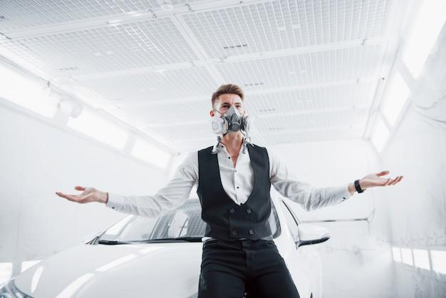 Malen sie ein auto in einem geräumigen autoservice Kostenlose Fotos