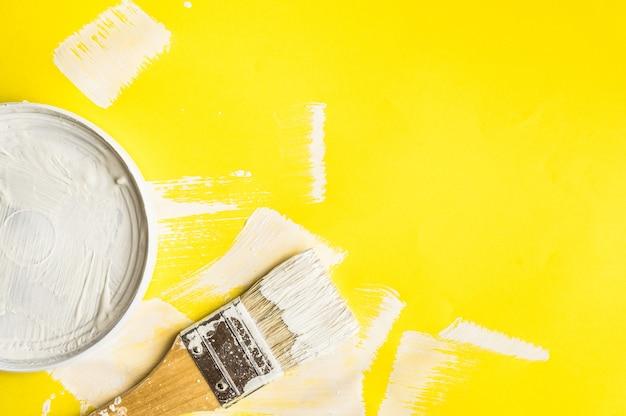 Malen sie pinsel auf papierfarbtexturhintergrund Premium Fotos