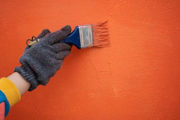 Malerarbeit malen sie die wand mit farbplänen und walzen. konzepte von arbeit, arbeit, malerei Premium Fotos