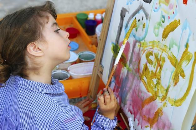 Malereiaquarellporträt des kleinen mädchens der künstlerschule Premium Fotos