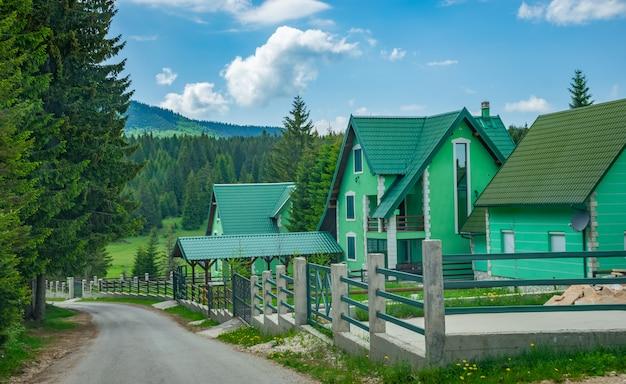Malerische architektur in einem bergdorf. Premium Fotos