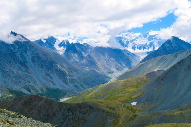 Malerische bergwiesenansicht des akkem-tales und des akkem-flusses, altai-berge, russland Premium Fotos
