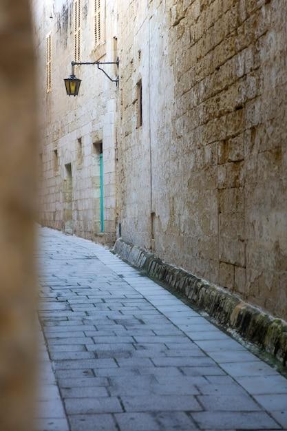 Malerische schmale straße der mittelalterlichen stadt mdina, malta Premium Fotos