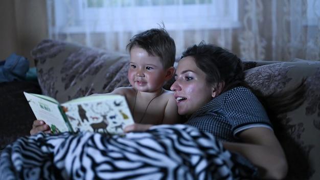 Mama liest mit ihrem kind ein buch Premium Fotos