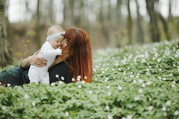 Mama umarmt ihre kleine tochter mit liebe Kostenlose Fotos