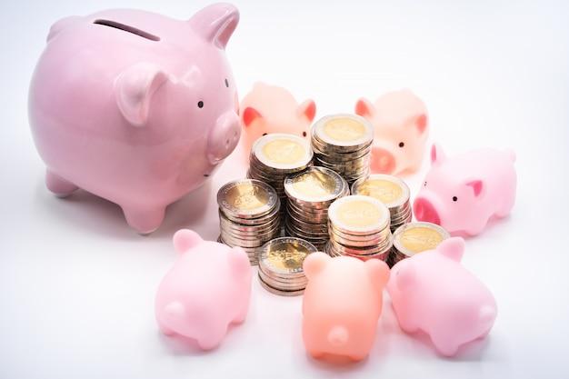 Mama und baby sparschweine und haufen münzen Premium Fotos