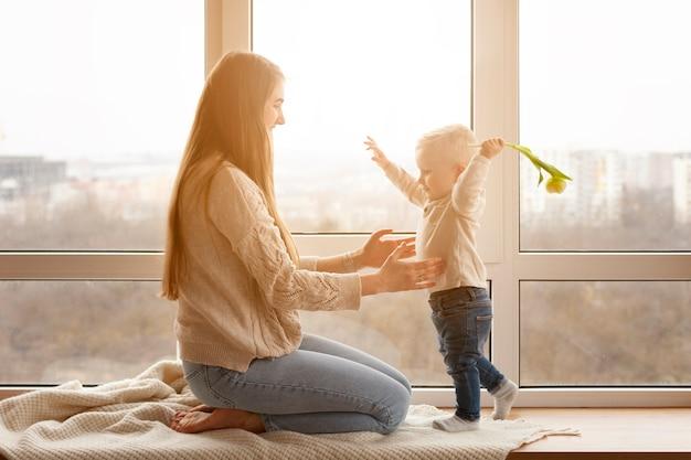 Mama und baby spielen Kostenlose Fotos
