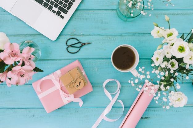 Mamaaufschrift mit blumen, geschenk und laptop Kostenlose Fotos