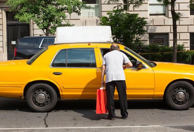 Man bittet um informationen einen taxifahrer in manhattan. Premium Fotos
