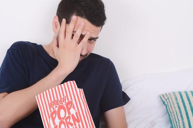 Man isst popcorn und schaut filme. Premium Fotos