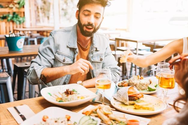 Man isst verschiedene gerichte der speisen Kostenlose Fotos