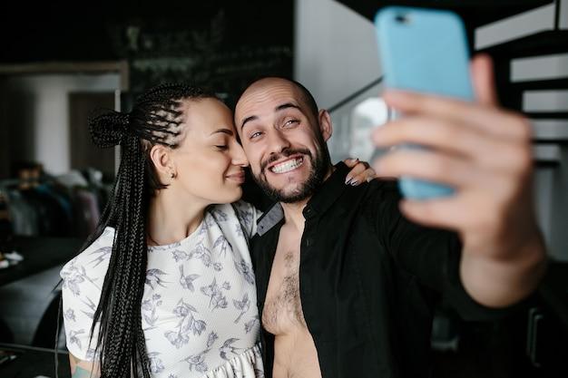Man lächelt und macht ein auto-foto mit seiner freundin