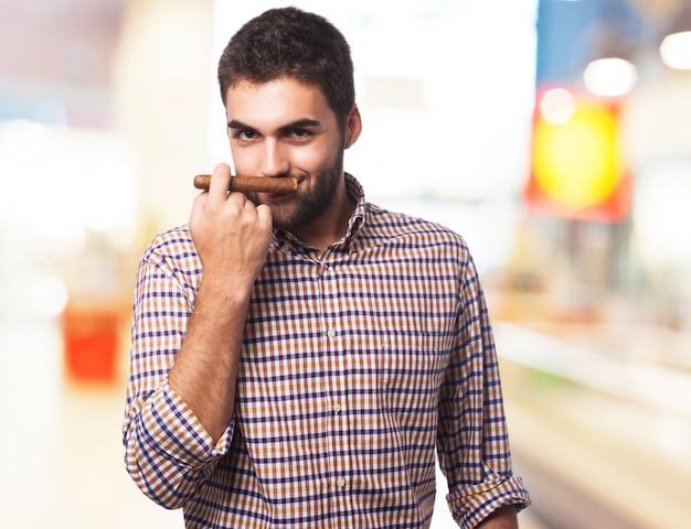 Man riecht eine zigarre Kostenlose Fotos