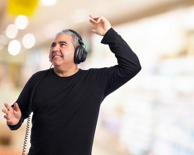 Man tanzen und musik hören Kostenlose Fotos