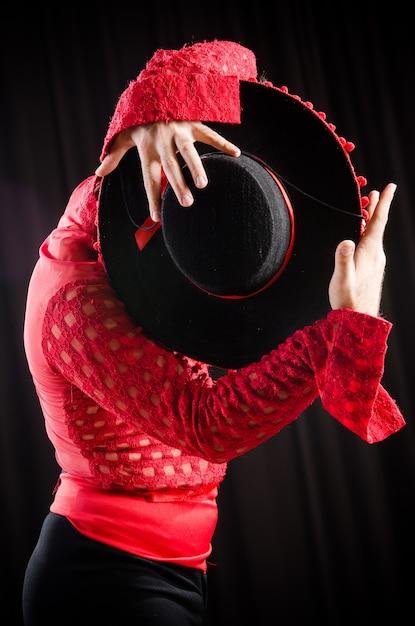 Man tanzt spanischen tanz in roter kleidung Premium Fotos
