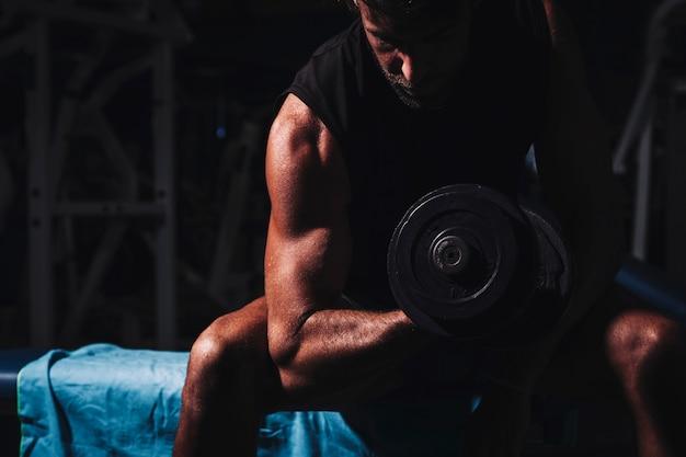 Man training in der turnhalle Kostenlose Fotos