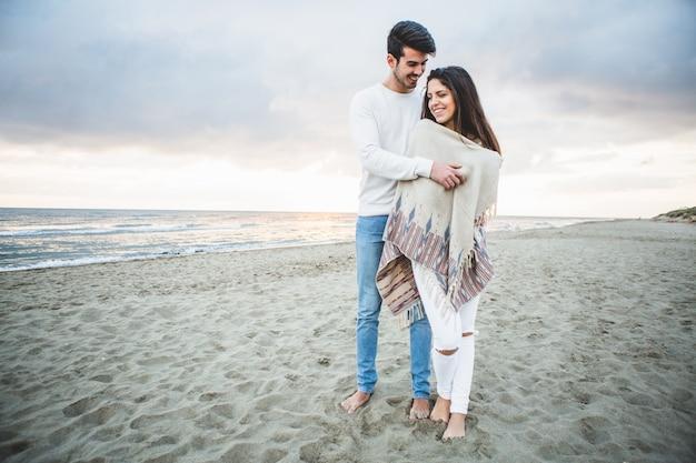Man umarmt seine freundin am strand Kostenlose Fotos