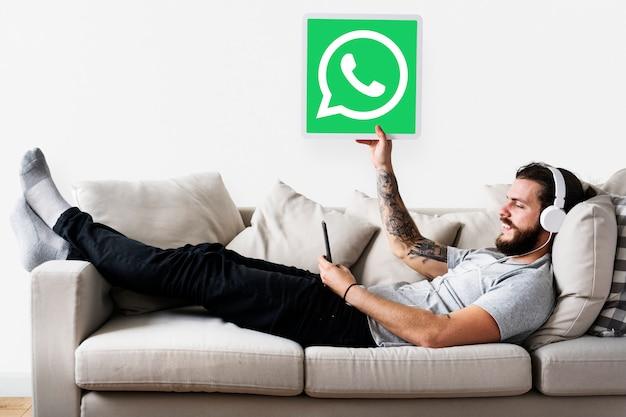 Man zeigt ein whatsapp messenger-symbol Kostenlose Fotos