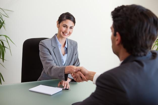 Manager, der die hand eines kunden rüttelt Premium Fotos