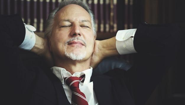 Manager, der in seinem büro sich entspannt Premium Fotos