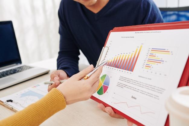 Manager diskutieren geschäftsaktivitäten Premium Fotos