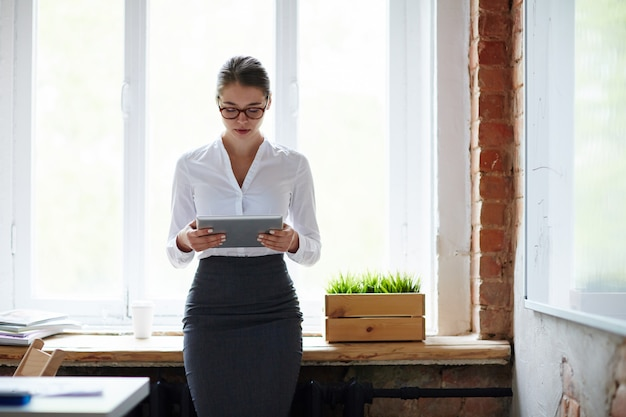 Manager mit tablette Kostenlose Fotos