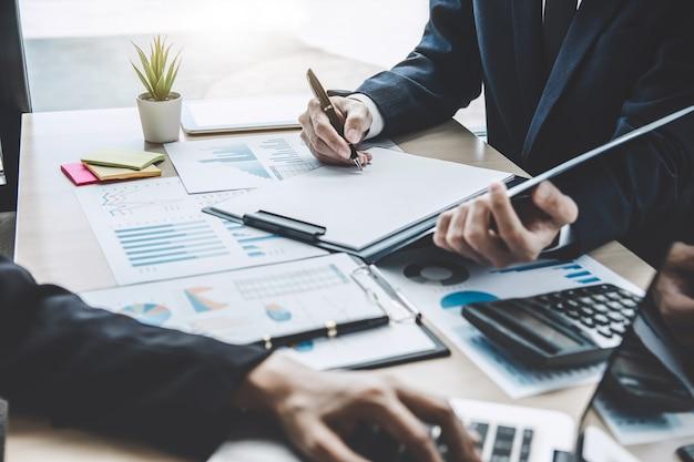 Manager-sitzung über das unternehmenswachstum projekterfolg finanzstatistik, professioneller investor arbeiten startprojekt für strategieplan Premium Fotos