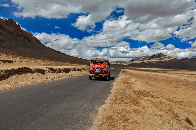 Manali-leh-straße im indischen himalaya mit lkw. ladakh, indien Premium Fotos