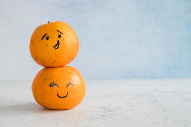 Mandarinen mit bemalten gesichtern Kostenlose Fotos