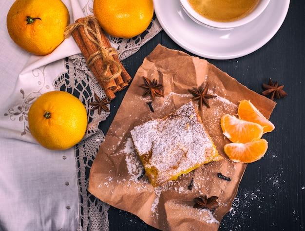 Mandarinentorte mit puderzucker bestreut Premium Fotos